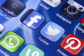 BELGRADE - MAY 28, 2014 Social media icons Facebook, Twitter and other on smart phone screen close up — ストック写真