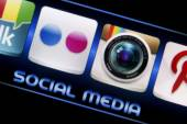 BELGRADE - SEPTEMBER 09, 2014 Social media icons Flickr and Instagram on smart phone screen close up — Stock Photo