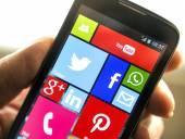 BELGRADE - APRIL 08, 2014 Social media icons on smart phone screen close up — Stock Photo