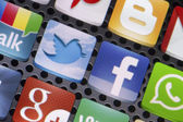 BELGRADE - AUGUST 30, 2014 Social media icons Twitter, Facebook and other on smart phone screen close up — Foto Stock