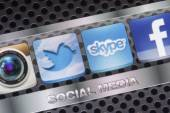BELGRADE - AUGUST 30, 2014 Social media icons Twitter, Skype and other on smart phone screen close up — Stock fotografie