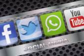 BELGRADE - AUGUST 30, 2014 Social media icons Twitter, Whatsapp, Facebook, and Youtube on smart phone screen close up — Stock Photo