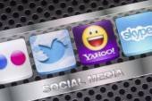 BELGRADE - AUGUST 30, 2014 Social media icons Twitter, Yahoo, and other on smart phone screen close up — Stock Photo