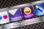 BELGRADE - AUGUST 30, 2014 Social media icons Yahoo, yahoo mail and other on smart phone screen close up — Stock Photo