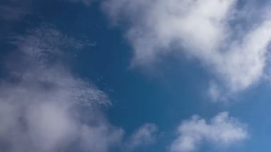 Time lapse video of seamless looping clouds against deep blue sky — Stock Video