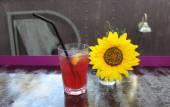 ヒマワリ、ラズベリー ジュース — ストック写真
