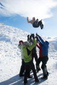 组的冬天山徒步旅行者 faving 乐趣 — 图库照片