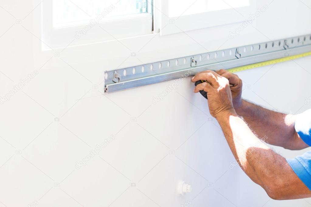 asiatiche equipaggia una parete con nastro di misura preparando a costruire cucina contatore di misura immagini stock