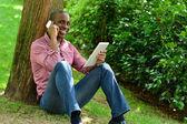 африканских человек с смарт-телефонов и планшетов — Стоковое фото