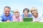 семья, лежа на траве в парке — Стоковое фото