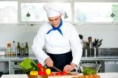 Male chef chopping vegetables — Stockfoto