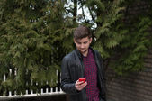 Young businessman reading news in his smartphone — Foto de Stock