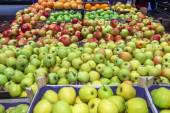 Variety of apples at the grocery store — Stock Photo