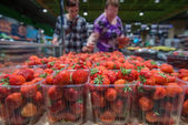 Fresh strawberries at the grocery store — Stock Photo