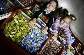 Children in the confectionery — Foto Stock