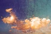 Beyaz bulutların üzerinde mavi gökyüzü. — Stok fotoğraf