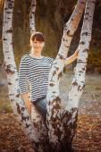 Beauty girl in autumn park — Stock Photo