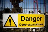 Uyarı işareti inşaat sahasında — Stok fotoğraf