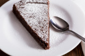 Schokoladenkuchen slice auf weißem teller — Stockfoto