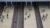 Passengers on the train platform — Stock Photo