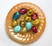 Påsk färgade ägg på en vit bakgrund — Stockfoto