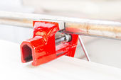Using a vise to hold a rusty pipe — Stock Photo