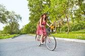 Ung kvinna och cykel — Stockfoto