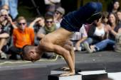 Strength performance for a breakdancer. — Stock Photo