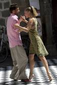 Couple dance in the street on a ckeckered ground. — Foto Stock