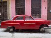 Vintage czerwony samochód bez kół — Zdjęcie stockowe