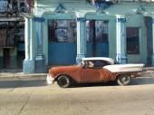 Dented vintage car in Cuba. — 图库照片