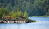 Ladožské jezero s ostrůvkem pod sluneční světlo — Stock fotografie