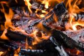 Camping bonfire fragment close-up view in the dark — Foto Stock