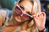 Vrolijke modieuze blonde met zonnebril — Stockfoto