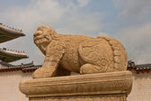 Statue of lion-like creature Haechi in Gyeongbokgung Palace. Seo — Stock fotografie