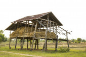 Shack for storage of rice straw. — 图库照片