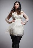 Mujer posando en vestido blanco — Foto de Stock
