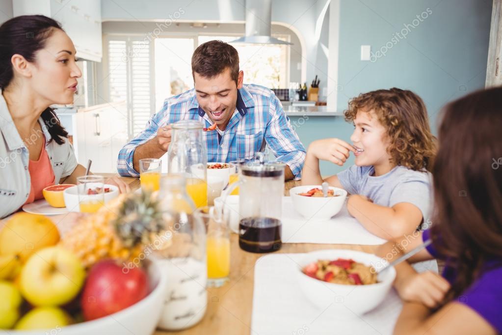 Familia Tomando El Desayuno En La Mesa