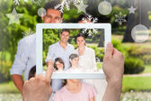 Family looking at the camera in park — Stockfoto