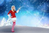 女の子サンタの服を提示します。 — ストック写真