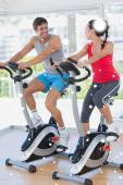 Smiling young couple working out at spinning class — Foto de Stock