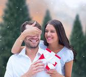 Novio sorprendente mujer con regalo — Foto de Stock