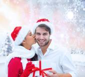 Festive young couple holding gift — Stock fotografie