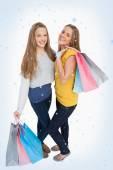 Dos jóvenes mujeres sosteniendo bolsas de compras — Foto de Stock