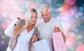 Casal com sacos de compras — Foto Stock