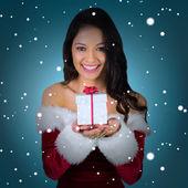 девушка в наряд санта холдинг подарок — Стоковое фото