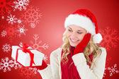 счастливые праздничные блондинка с подарком — Стоковое фото