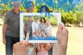 Family standing in the park — Stockfoto