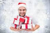 праздничный человек, держащий рождественский подарок — Стоковое фото