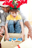 Father and son playing with present — Stockfoto